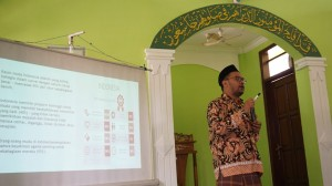 Tedi Kholiluddin Direktur eLSA Semarang menyampaikan materi