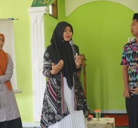 Pemateri Pelatihan Public Speaking oleh Atin Anggraini bersama dua santri PP. Darul Falah Besongo Semarang