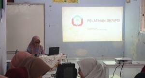 Ilmi Alifia Arian yang hendak menyampaikan materi Pelatihan Skripsi