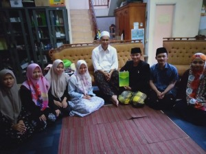 Foto bersama Prof. Dr. K.H. Imam Taufiq (ditengah) bersama pengurus santri divisi pendidikan setelah peresmian launching buku referensi sebagai panduan sorogan kitab Al Ghoyatu Wa Taqrib karya Imam Abi Syuja' dikediamannya