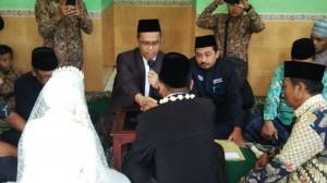 Abah Imam Taufiq saat bertindak sebagai wali nikah