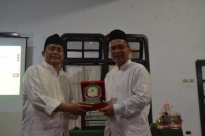 Pemberian cendramata oleh Prof. KH. Imam Taufiq kepada KH. Wahfiudin Sakam