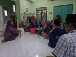 Proses Pembuatan Hand Sanitizer yang dibimbing oleh Bu Malikhatul Hidayah (Ketua Program Studi Kimia UIN Walisongo)