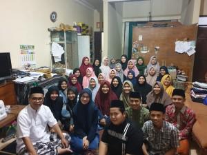 Foto Abah Imam Taufiq bersama santri kelas 4 (empat) di kediamannya